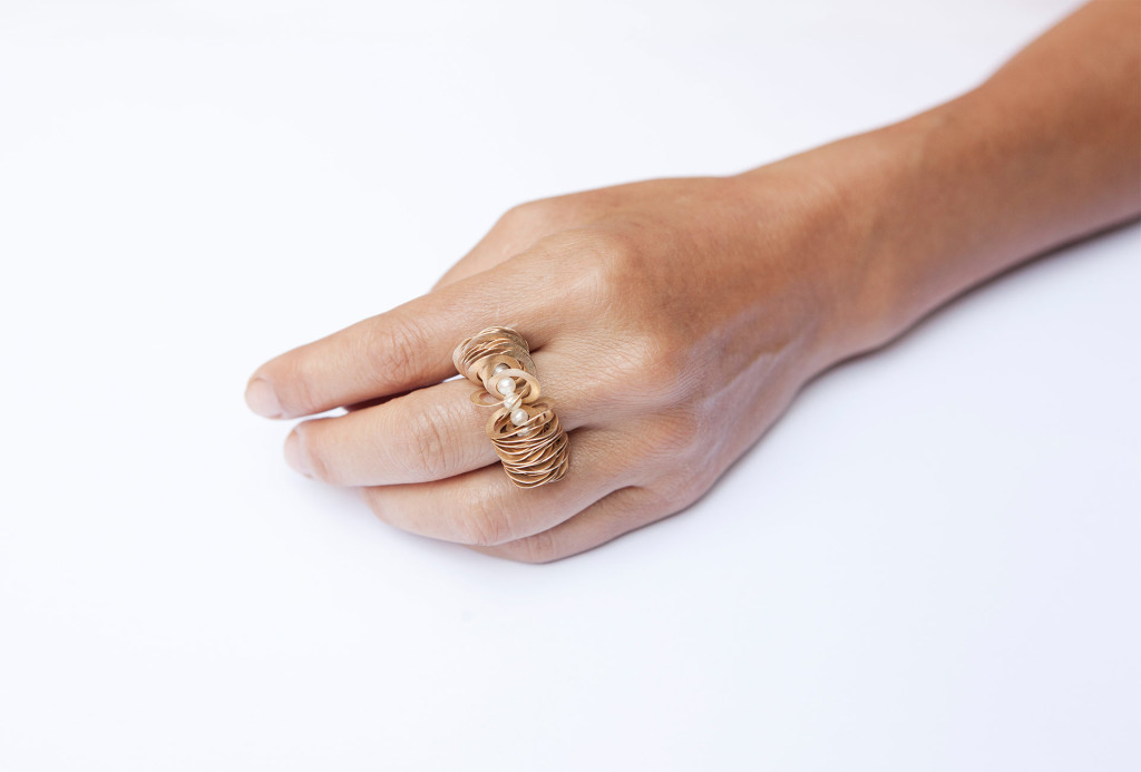 Ring <em>kleine Welle</em>. Gold 750, Perlen. Photo Miriam Künzli.